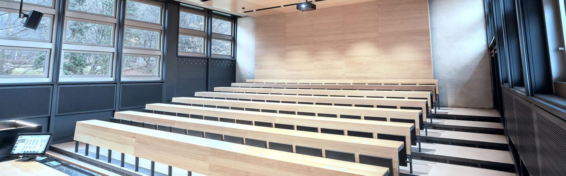 Bildungsraum mit Overheadprojektor, Beschallungsanlagen und Touch-Display