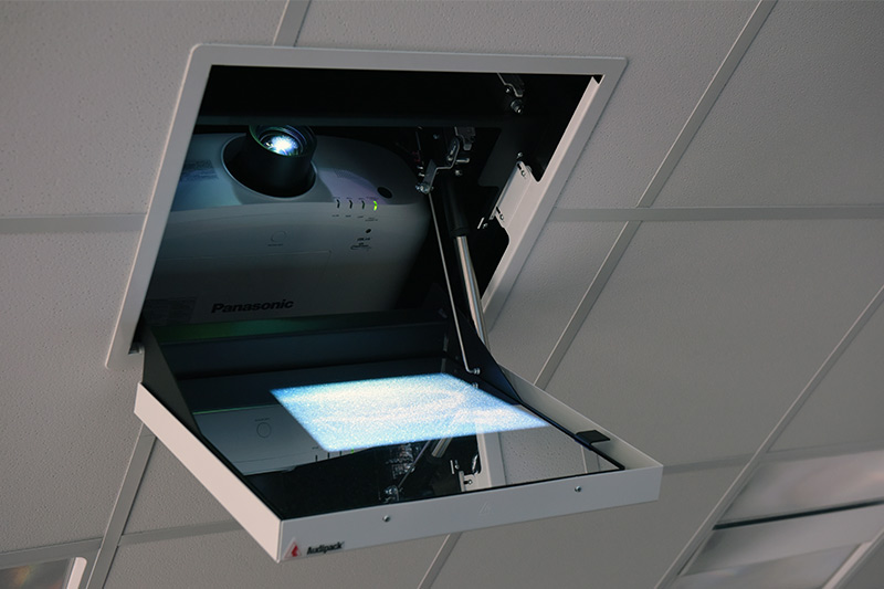 Projektor mit Befestigungssystem