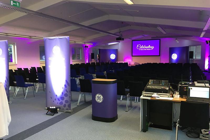 Einrichtung eines Veranstaltungsraumes mit Display, Scheinwerfer, HiFi-Anlagen